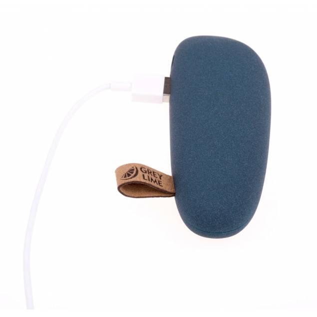GreyLime Power Stone 2600 mAh powerbank - Farve - Grå - I dag bruger vi vores mobiltelefoner til mange forskellige ting. Udover deres primære funktioner, opkald og beskeder, så er de i høj grad blevet et redskab, der tages i brug mange gange i løbet af dagen. Vi tjekker vores mails, surfer på nettet, går på Fa