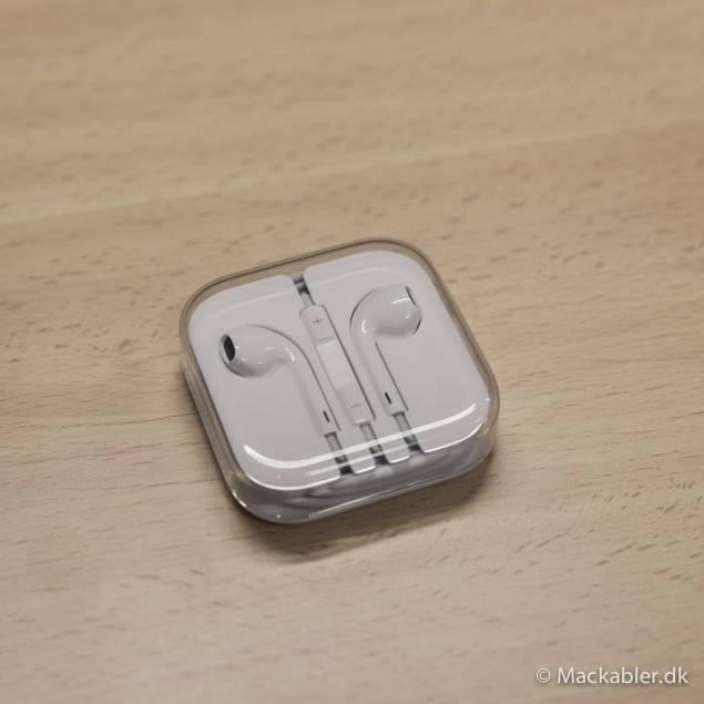 Originalt earpods headset - Dette er Apple nye headset, som kommer med alle iPhones efter 5'eren. De er noget bedre end de gamle, fordi de har bedre lydkvalitet og det nye headset har nye knapper som kan bruges til at styre din iPhone. Som vi skriver er vores uoriginale earpods meg