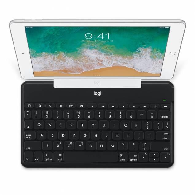 Logitech Keys-to-Go Ultra Slim-tastatur med iPhone/iPad-holder - Logitech Keys-to-Go er et utroligt slankt, nyttigt og bærbart tastatur til din iPad eller iPhone – takket være den praktiske holder, der følger med. Det holdbare FabricSkin kan modstå væske, tab og krummer under tasterne. Tastaturet vejer ikke ret meget,