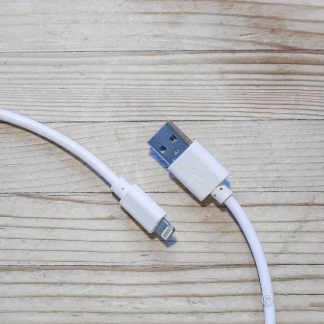 iPad kabel og oplader Lightning og 12W oplader pakke - AP5-Pack - 5be0744018776 - iPad oplader på 12W sammen med et Lightning kabel, i samme pakke, produkterne er vores #057 og #030 som er nogen af vores bedste og mest solgte produkter. Sættet kan oplade alle iPhones og iPads der er kommet ud de sidste 5 år.